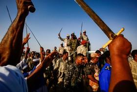 (تصاویر) محمد حمدان داگالو معاون رهبری نظامی سودان در میان حامیان دولت نظامی در منطقه قاری در سودان
