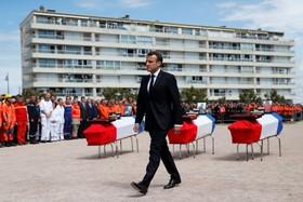 (تصاویر) مراسم خاکسپاری سه امدادگر در تلاش برای نجات قایق های حادثه دیده در اقیانوس با شرکت امانوئل مکرون رییس جمهوری فرانسه