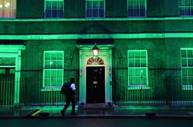(تصاویر) رنگ سبز بر نمای ساختمان دولت انگلیس در سالگرد آتش سوزی برج گرنفل در لندن که هفتاد و دو کشته برجای گذاشت
