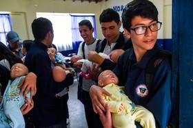 (تصاویر) آموزش بچه داری در مدرسه ای درکلمبیا