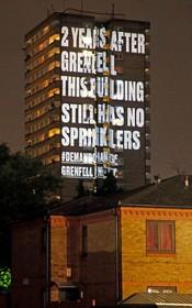 (تصاویر) برجی در نزدیک برج گرنفل در لندن که چندی پیش به دلیل فقدان تجهیزات ایمنی آتش گرفت و هفتادو دو کشته برجا گذاشت به دلیل بی توجهی به مخاطرات و نصب تجهیزات ایمنی با نمایش هشدار آمیز روبرو شده است