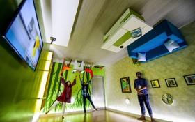 (تصاویر) تماشاچیان در داکا مرکز بنگلادش در حال بازدید و تصویربرداری از محل رستورانی با تزئینات معکوس هستند