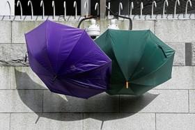 (تصاویر) تظاهرکنندگان در هنگ کنگ با چتر دوربین های امنیتی پلیس را با چتر پوشانده اند