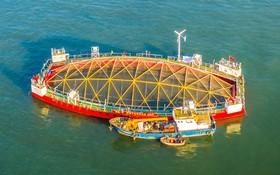 (تصاویر) مزرعه شناوری در چین درحال انتقال به مناطق عمیق دریایی.این مزرعه شناور در برابر توفان های شدید مقاوم است و هرسال 120 تن محصولات غذایی دریایی تولید می کند
