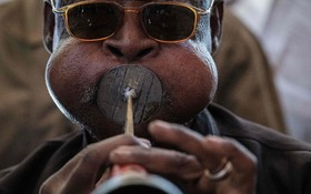 (تصاویر) یک نوازنده سودانی در حال نواختن سازی شبیه سورنا