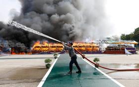 (تصاویر) آتش زدن مواد مخدر کشف شده توسط پلیس در یانگون میانمار