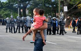 (تصاویر) پلیس ضد شورش در تگوسیگالپا در هندوراس علیه رئیس جمهوری این کشور