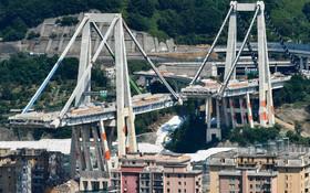 (تصاویر)  پل موراندی در جنوای ایتالیا که در سال گذشته بخشی از آن فروریخت و 43 کشته برجا گذاشت این عکس لحظه پیش از تخریب کامل آن را نشان می دهد