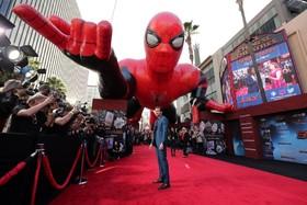 (تصاویر) جیک جیلینهال هنرپیشه و بازیگر آمریکایی در مراسم افتتاحیه فیلم اسپایدرمن در محله چینی های هالیوود آمریکا