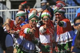 (تصاویر) حامیان تیم کریکت هند در جریان بازی های جهانی کریکت در انکلیس