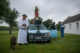 (تصاویر) دعای یک کشیش در محل کشته شدن چند مهاجر غیرقانونی در تکزاس آمریکا