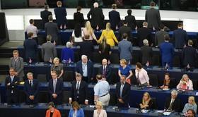 (تصاویر) اعضای حامی خروج انگلیس در مجلیس اتحادیه اروپا هنگام نواختن سرود این اتحادیه در افتتاحیه این مجلس به صحنه پشت کرده اند