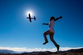 (تصاویر) بازی کودکی اب هواپیمای اسباب بازی در شیلی در آستانه خورشید گرفتگی در شیلی