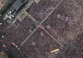 (تصاویر) تصویر جمعیت مردمی  در مکزیکوسیتی که در میدان زوکالو برای شنیدن گزارش عمومی رئیس جمهوری این کشور آندرس مانوئل لوپز اوبرادور گرد آمده اند