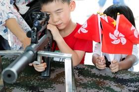 (تصاویر) بازی کودکان و تمرین شلیک در یک مرکز نظامی در هنگ کنگ