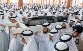(تصاویر) تشییع جنازه خالد القاسمی پسر پادشاه امارت شارجه سلطان بن محمد القاسمی که در اروپا به طراحی لباس اشتغال داشت در سی و نه سالگی درگذشت. گفته می شود مرگ وی به دلیل مصرف مواد مخدر بوده