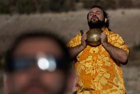 (تصاویر) خورشید گرفتگی در شیلی و تصویر فردی از حاضران برای مشاهده این رویداد که در حال نیایش است