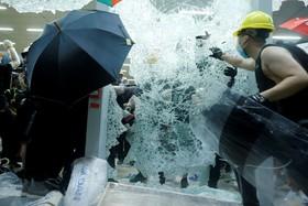 (تصاویر) حمله تظاهرکنندگان مخالف چین در هنگ کنگ به مجلیس این منطقه