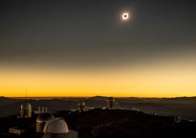 (تصاویر) لحظه خورشید گرفتگی کامل در شیلی از ارتفاعات محل استقرار تاسیسات اروپایی ستاره شناسی در شیلی