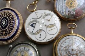(تصاویر) یک قطعه ساعت ساخت مرحوم جورج دانیلز انگلیسی که به یادبود سفر ماه آمریکا در سال 1982 ساخته شده است به حراج گذاشته شده است.