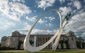 (تصاویر) نمادی که مقابل کارخانه خودروسازی آستون مارتین در انگلیس هب مناسبت هفتادومین سال این کارخانه برپاشده است