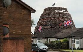 (تصاویر) برجی که برای آتش زدن در مراسم سنتی در ایرلندآماده شده است