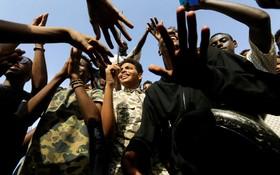(تصاویر) شادی مردم سودان پس از توافق نمایندگان مردم با دولت نظامی برای انتقال قدرت به غیرنظامیان در این کشور