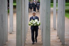 (تصاویر) صادق خان شهردار لندن در مراسم یادبود کشته شدگان حادثه تروریستی سال 2005 لندن در بنای یادبود این حادثه که 25 کشته برجاگذاشت در هایدپارک