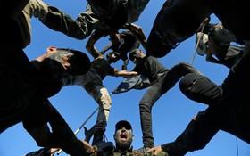 (تصاویر) نیروهای نظامی فلسطینی در حال نمایش تونایی های نظامی در اردوگاهی آموزشی در شهر غزه