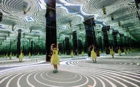 (تصاویر) دختر بچه ای از نمایش هنر دیجیتال موسوم به آلیس در سرزمین عجایب در برج تلویزیونی مروارید شرق در شانگهای چین دیدن می کند