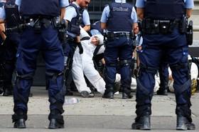 (تصاویر) پلیس سوئیس تظاهرکنندگان حامی محیط زیست را از مقابل بانک کردیت سوئیس دور می کند