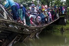 (تصاویر)تلاش مردم برای عبور از پل تخرب شده در بنگلادش