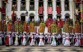 (تصاویر) جشنواره طبق گردانی در منطقه تومار پرتغال که طی آن میان نیازمندان  غذا توزیع می شود