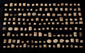 (تصاویر) مهرهایی با خط میخی مربوط به عراق و افغانستان که در جریان جنگ در این کشورها ربوده و در انگلیس فروخته شده است کشف و به کشورهای مبداء باز گردانده می شود