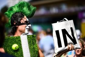 (تصاویر) یکی از تماشا گران بازی های تنیس ویمبلدون که به دلیل لباس های عجیب مشهور است