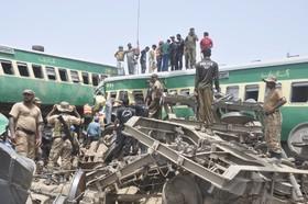 (تصاویر) تصادف قطار مسافری با قطار باری در منطقه رحیم یار خان در پاکستان که یازده کشته برجا گذاشت