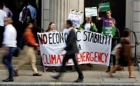 (تصاویر) تظاهرات حامیان محیط زیست مقابل بانک انگلیس در لندن برای بررسی قوانین تولید گاز کربنیک بخش های صنعتی