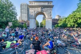 (تصاویر) تظاهرات دوچرخه سواران در نیویورک در اعتراض به فقدام قوانین حمایتی برای کشته شدگان حین دوچرخه سواری در جاده های این شهر