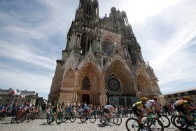 (تصاویر) عبور شرکت کنندگان در یکصدو ششمین دوره مسابقه تور دو فرانس از مقابل کلیسای ریم در فرانسه