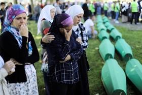 (تصاویر) عزاداری برای اجسادتازه کشف شده 33تن از قربانیان مسلمان بوسنی هرزگوین در سربرنیتسا