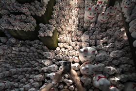 (تصاویر) عرضه مجسمه گربه خوش شانسی در معبدی در توکیو در ژاپن که افسانه ای چندصد ساله دارد