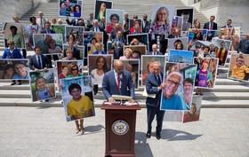 (تصاویر) نمایندگان دمکرات کنگره آمریکا در جریان اعتراض به سیاست دولت ترامپ برای لغو قانون تامین خدمات بهداشتی تصاویر برخی بیماران را با خود حمل می کنند