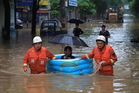 (تصاویر) کمک به  سیل زندگان  در هنگ یانگ در ایالت هونان در چین