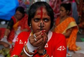 (تصاویر) نیایش زنان هندو شوهر دار در کلکته هند برای بهبود زندگی خانوادگی که تمام روز روزه می گیرند