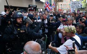 (تصاویر) تظاهرات طرفداران تامی رابینسون رهبردسته راستی  حزب جبهه دفاع انگلیس که در دادگاه به جرم اهانت به دادگاه به نه ماه زندان محکوم شده است