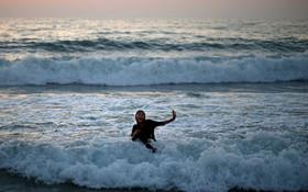 (تصاویر) رنی فلسطینی در دریای مدیترانه در غزه شنا می کند
