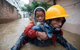 (تصاویر) کمک رسانی به سیل زدگان در نپال