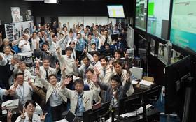 (تصاویر) محققان و کارکنان پس از دریافت تایید فرود هایا بوسا در سیارک راگو، در اتاق کنترل در شهر ساگامیهارای ژاپن، جشن می گیرند.