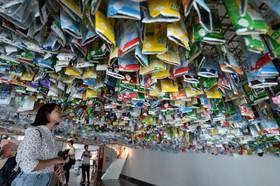 (تصاویر) اثر هنری که از مواد دور ریختنی ساخته شده در مرکز فرهنگی فرانسه در هانوی ویتنام