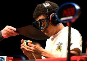 (تصاویر) بخشی از رقابت های حل مکعب روبیک در ملبورن استرالیا که با چشم بسته انجام می شود